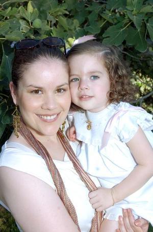 <b>03 de septiembre 2005</b><p> Chary de Montaña y su hija Paulina Montaña Aranzabal.