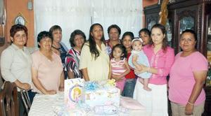 Jovita Herrera, acompañada de algunas asistentes a su fiesta de regalos.