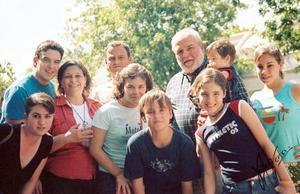 <b>03 de septiembre 2005</b><p> Ricardo Villarreal Ríos y Alejandra Pastrana de Villarreal con sus hijos Marcos, Regina, Sofía, Elvira y Alonso Villarreal Pastrana, Jerónimo Villarreal Y Mayca de Villarreal.