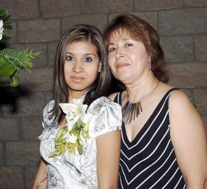 Norma Estevané Mora acompañada de María Guadalupe Mora Romo, en su despedida de soltera.