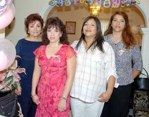 Eloísa Pérez de Pineda acompañada de Altagracia Ochoa, Carmen Pineda de Barraza y Martha Pineda de Salinas, en la fiesta de Regalos que le ofrecieron en días pasados.