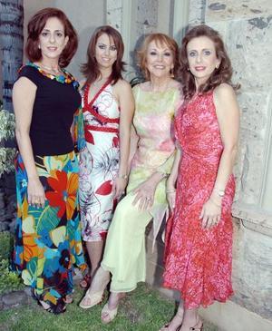 <b>03 de septiembre 2005</b><p> Sofía con su mamá Linda Handal, su suegra Nancy G. de Kuri y su tía Katia Handal.