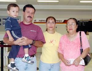 <B>04 de septiembre 2005</b><p> Lidia Salazar viajó a Tijuana y la despidieron Francisco, Martha y Paquito