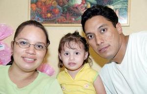 Abril Pineda Gutiérrez acompañada de sus papás el día que festejó su cumpleaños.