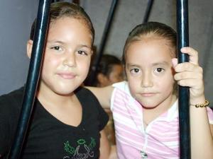 Karla Morales Alderete y Mary Carmen Díaz Alderete, en pasado festejo.
