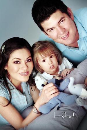 Katia Malacara Madero, en una foto de estudio con su papá Pedro Malacara y su madrina Arianely Malacara.
