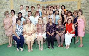 Brenda Antares Vázquez González, acompañada de algunas invitadas a su despedida de soltera.