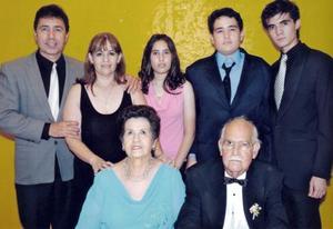 Carlos Martínez Samaniego y Josefina Aguado de Martínez acompañados de sus hijos y nietos Miguel y Lupita Dávila, y Miguel, Manuel y Pamela Dávila Martínez.