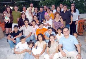 Cruz Castro Carreón y Socorro de Castro acompañados de sus hijos y nietos.