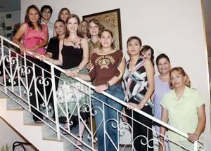 María Fernanda Gutiérrez Guerra, acompañada de algunas invitadas a su despedida de soltera.