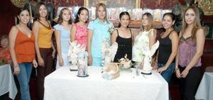 <b>04 de septiembre 2005</b><p> Tania Marlene Lozano Cortés, acompañada de sus amistades el día de su fiesta de canastilla.
