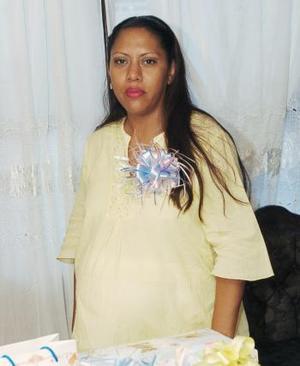 Jovita Herrera, captada en la fiesta de regalos que se le ofreció con motivo del cercano nacimiento de su bebé.