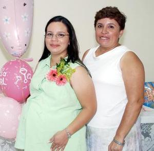 <b>04 de septiembre</b><p> Margarita Gutiérrez de Pineda acompañada de María del Rosario Hernández de Gutiérrez, en su fiesta de regalos.