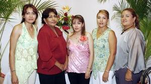 Gisela Castañeda Morillón, en compañía de las invitadas a su despedida de soltera.
