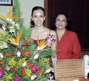 María del Consuelo Adame Rodríguez en compañía de sus mamá, Silvia Rodríguez de Adame, en su despedida de soltera.