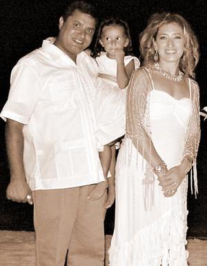 Ricardo Castro Márquez y Pily  A. de Castro con su pequeña Ana Cristina.