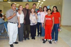 Abel, Silvia, Lance y Dionisia viajaron a Los ángeles, los despidió  la familia Valenzuela