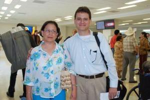 Issac Solís viajó a México y lo despidió Martha de Solís.