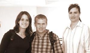 Florence Amestoy y Julien regresaron a Francia, los despidió Luz de Astorga.