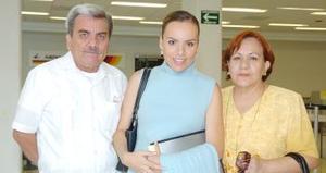 <B>06 de septiembre 2005</b><p> Tere Liz Hernández regresó  a México y la despidieron sus papás, Jaime Hernández y Vicky de Hernández.