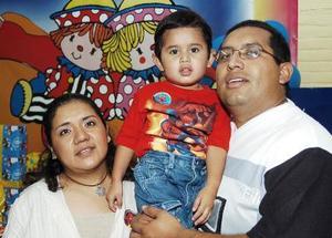 Édgar Manuel López Acalco acompañado de sus papás, el día de su fiesta.