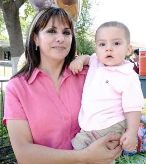 <b>05 de septiembre 2005</b><p> El pequeño Jaime Ollivier García, acompañado de su abuelita Carmen Villa de García.