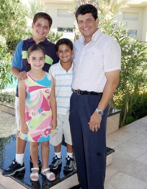 Aldo Díaz Pérez con sus hijos Paula, Andrés y Daniel.