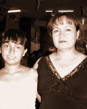 María del Rayo Solís Morales y su hija Diana Isabel Martínez Solís, captadas en pasada reunión.