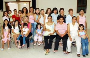 <b>05 de septiembre 2005</b><p> Liliana Magdalena Venegas de González, acompañada de amistades el día de su fiesta de canastilla.