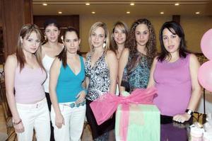 Aída Mansur de Bitar acompañada de sus amigas, en la fiesta de regalos que se le ofreció por el próximo nacimiento de su bebé.