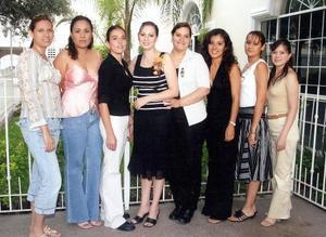 <b>06 de septiembre 2005</b><p> Gloria Menéndez Ramírez acompañada de un grupo de amigas en pasado festejo para despedirla de su soltería.