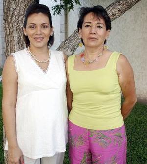 Mayra Corral de González en compañía de Bertha Hernández de Corral, en la fiesta de regalos que se le ofreció en días pasados.