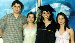 Alejandra Talamantes Valdivia, el día de su graduación acompañada de sus hermanos, Juan Antonio, Mayela y Rebeca.