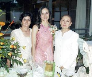 Alejandra Guerrero Tello, acompañada de su mamá, María Elena Tello de Guerrero y Josefina del Río de Muñoz.