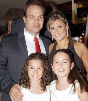 Alfonso Vargas y Lorena Islas de Vargas, con sus pequeñas hijas Lorena y Sofía Vargas Islas.