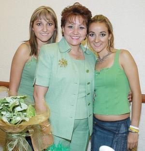 <b>06 de septiembre 2005</b><p> Yolanda de la Rosa de Gutiérrez junto a sus hijas Karla y Talía.