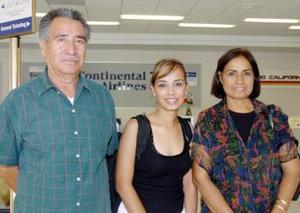 Alemendra Muñiz voló a Mérida y la despidieron José Luis y María de Jesús Muñiz.