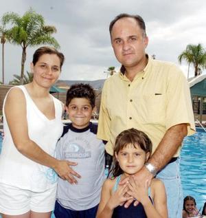 El festejado, Carlos Estrella, junto a sus papás Cuauhtémoc Estrella y Marcela Miñarro, además, su hermana Bárbara.