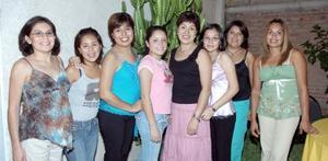 Paty de Gómez con su familia y amistades.