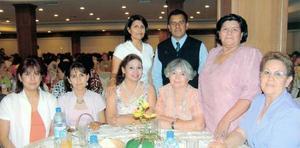Lupita, Alexandra, Ana María, Aurora, Martha, Vicenta y Cecilia acompañadas del padre Gilberto, en pasada reunión social.