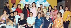 Lucero Ochoa de Azpilcueta, acompañada de algunas de sus invitadas a su fiesta de regalos.