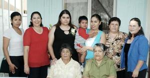 Lorena Martínez García, acompañada de algunas de sus invitadas a su fiesta de despedida.