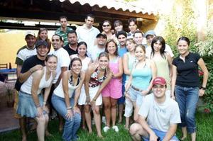 Gabriela Saavedra de Martínez de Mario Martínez acompañados de sus amigos, en el convivio que les ofrecieron con motivo de su cambio de residencia.