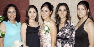 Lucila Navarrete López, acompañada de sus amigas, en la despedida que le fue organizada en días pasados.