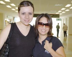 Con destino al DF, viajaron Marcela Sepúlveda y Mónica Mendoza.