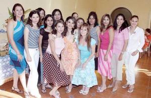 Esmeralda Gallegos de la Torre, acompañada de un grupo de amigas en su fiesta de despedida.