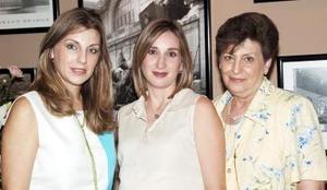 Alina Martínez de González con las organizadoras de su reunió de regalos, Astrid Martínez y Astrid Martínez de Algara.