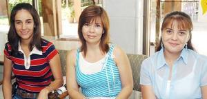 Griselda Barraza de Becerra, Teresa Becerra de Valencia y Raquel Becerra Camberos.