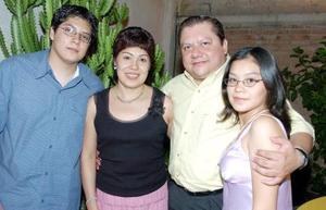 La festejada, Patricia Gándara en compañía de su esposo Julián y sus hijos Mauricio y Ana Patricia.