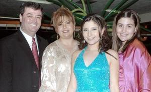 <b>07 de septiembre 2005</b><p> Karla Valdés, con sus papás, Luis Manuel Valdés Nieblas y Lety Morales de Valdés, y su hermana Paola.